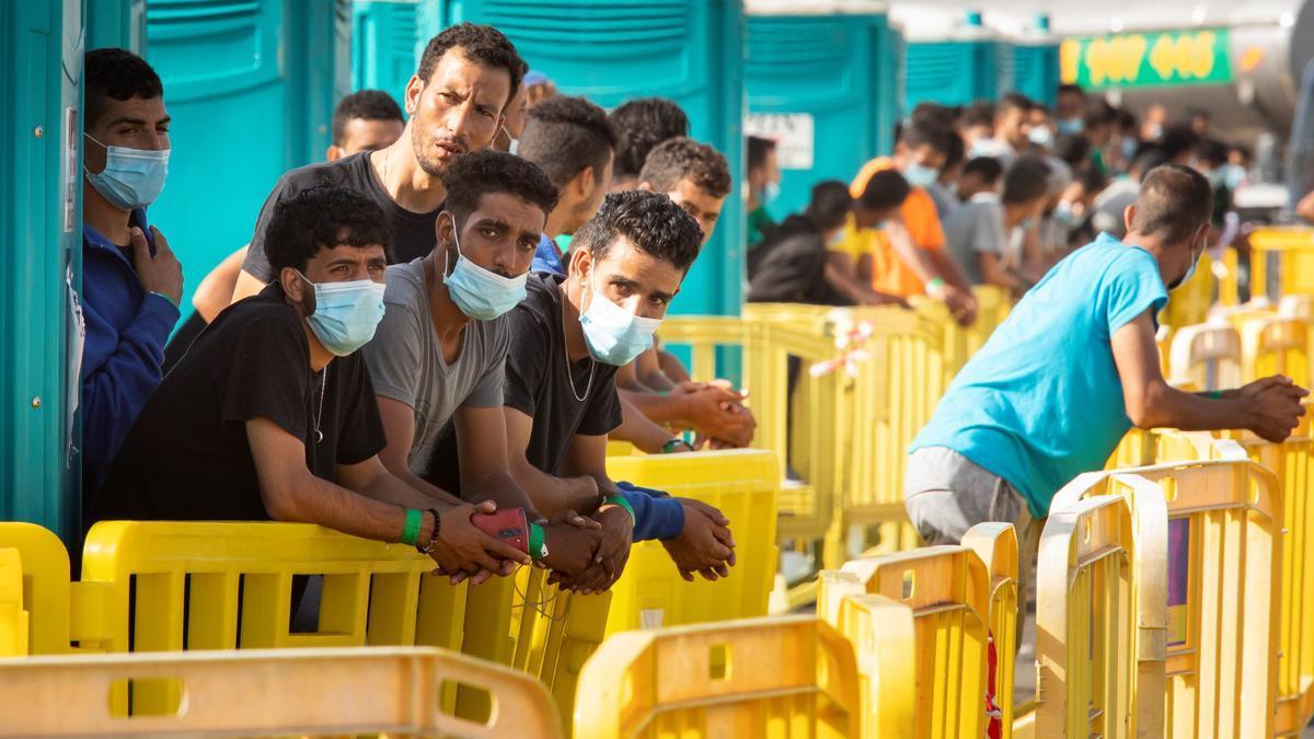 La carrera de obstáculos de los migrantes irregulares por la vacuna en España.