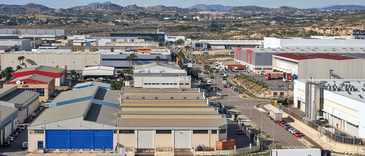 La subida de los costes de las materias primas afecta a pymes y grandes empresas de sectores como los establecidos en el polígono industrial Las Atalayas de Alicante. | ÁXEL ÁLVAREZ