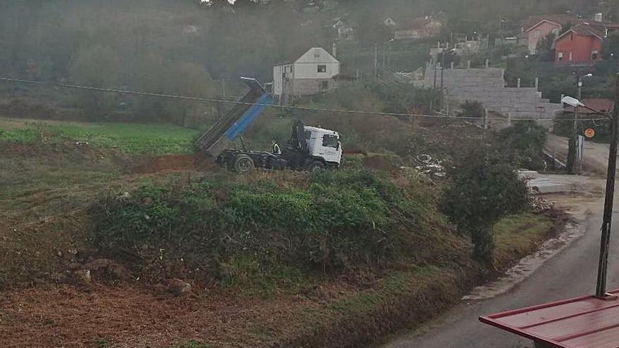 Denuncian un vertedero de escombros de obra en una finca de Saxamonde