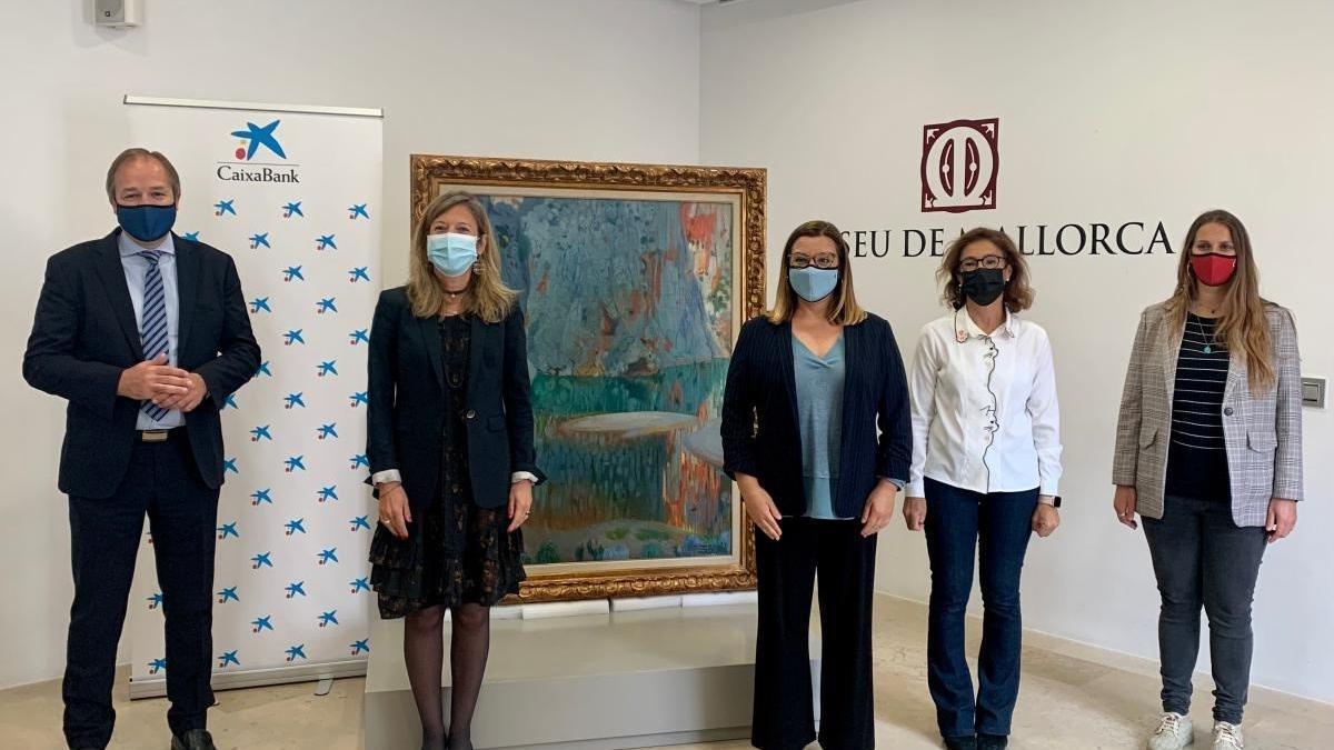 Representantes del Consell y de CaixaBank junto a una de las obras cedidas del pintor Joaquim Mir