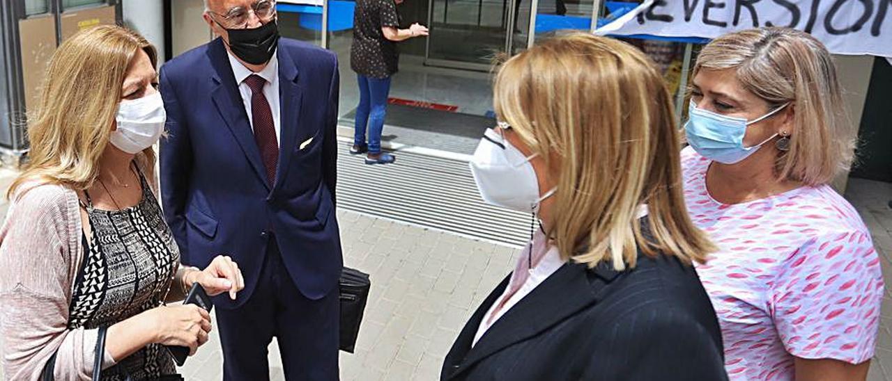 José Pérez con personal de la Generalitat en el Hospital.