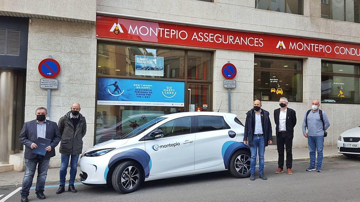 Responsables de Montepio i de Som Mobilitat, amb l'alcalde de Manresa, Marc Aloy, ahir