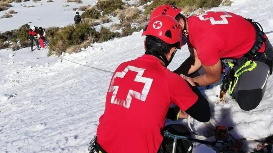 Cae por una pendiente helada en Las Cañadas del Teide