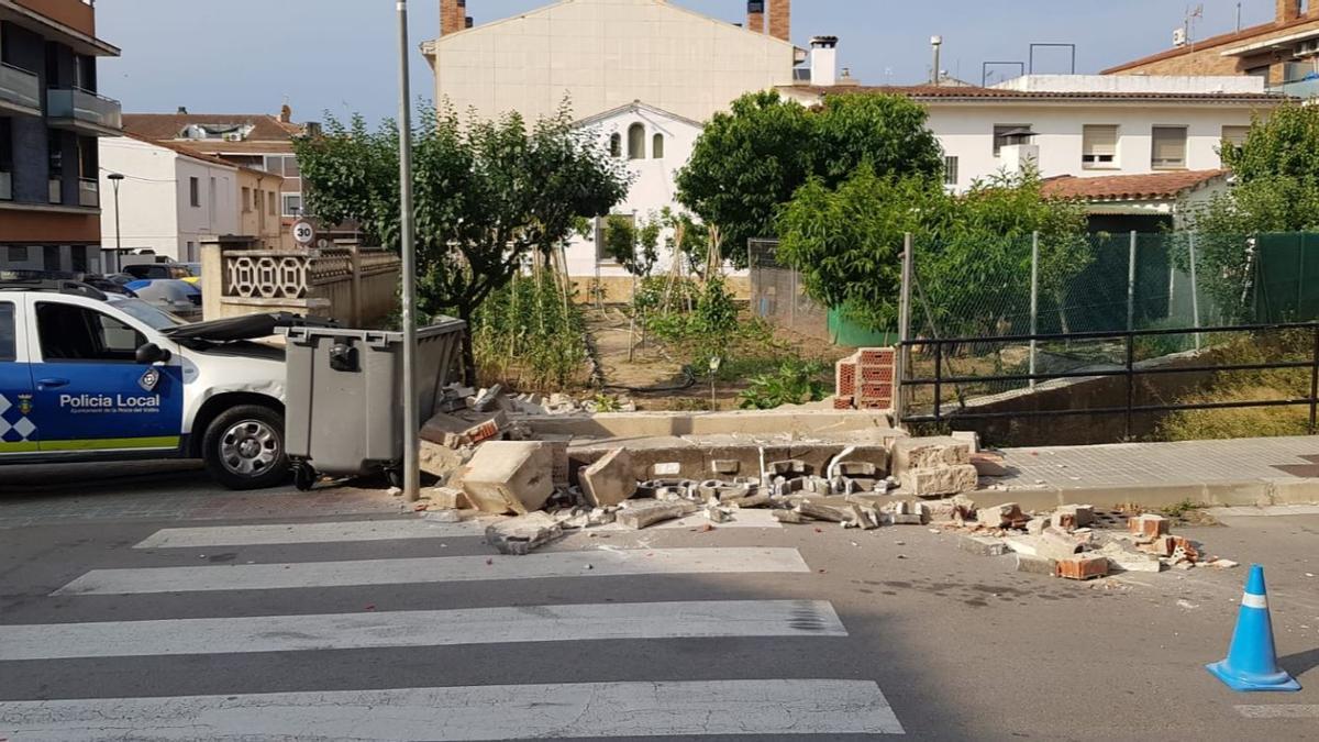 Un cotxe policial xoca contra la casa dels pares de Salvador Illa en una persecució