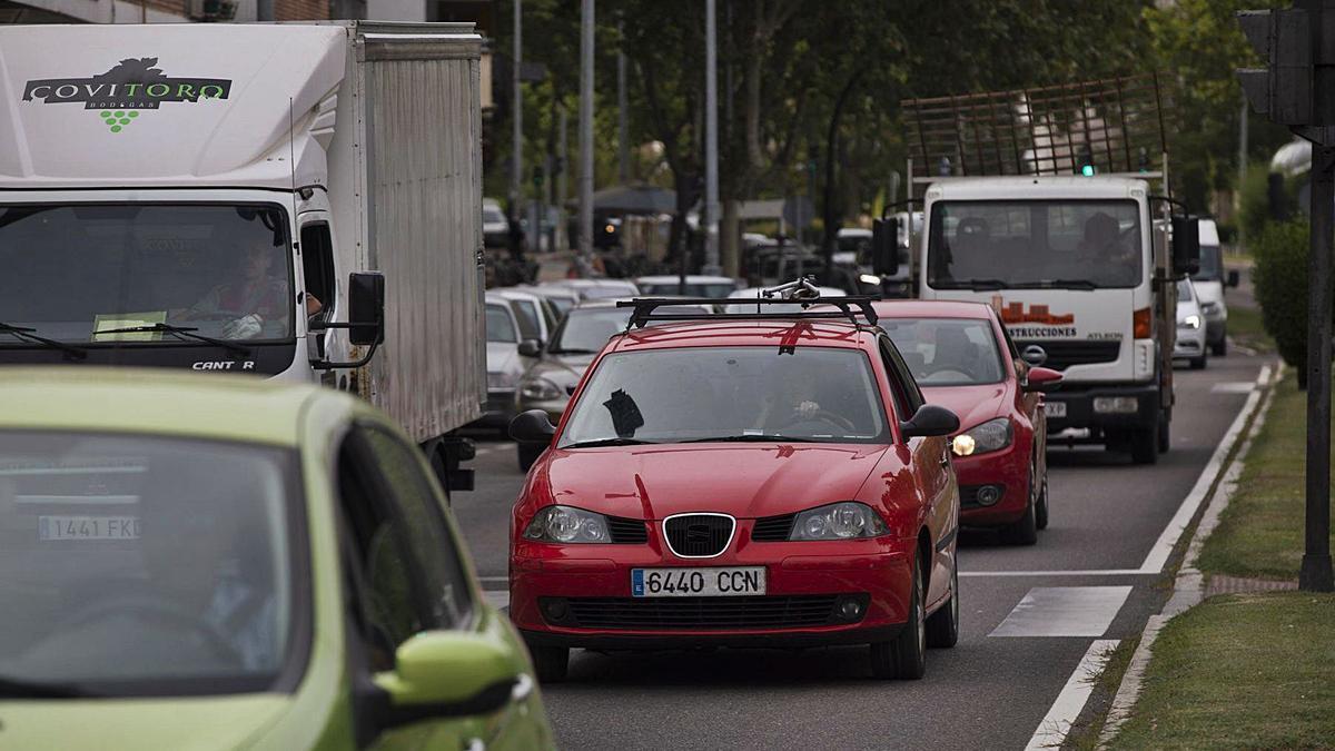 Tráfico en la avenida de Cardenal Cisneros, en la capital zamorana. | LOZ