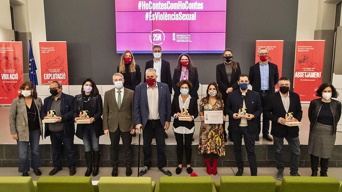 Imagen de grupo de todas las instituciones premiadas por su lucha contra la violencia machista, en el acto de València, ayer. | G.CABALLERO