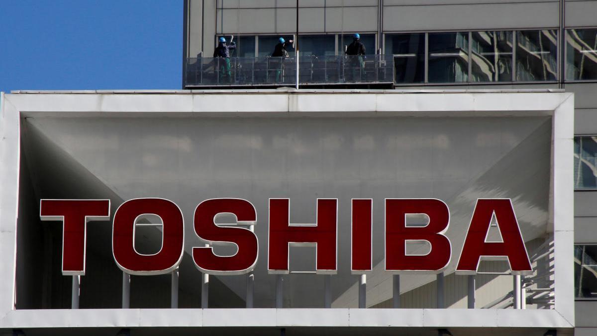 Logo de Toshiba en su sede de Tokio.