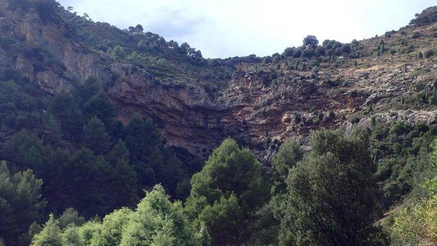 Fallece un hombre tras precipitarse por un barranco en Llucena