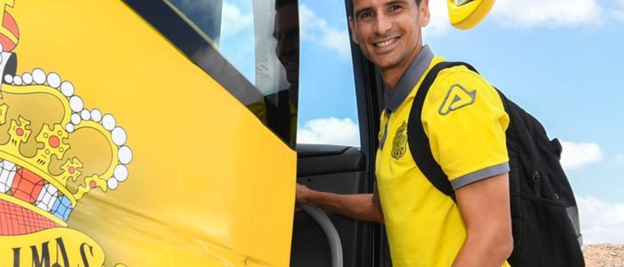 Vicente Gómez se sube a la guagua en la ciudad deportiva de El Hornillo en 2018.