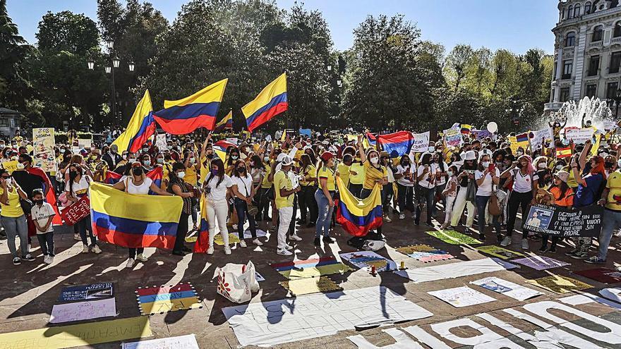 Cientos de colombianos apoyan el paro de su país en la Escandalera