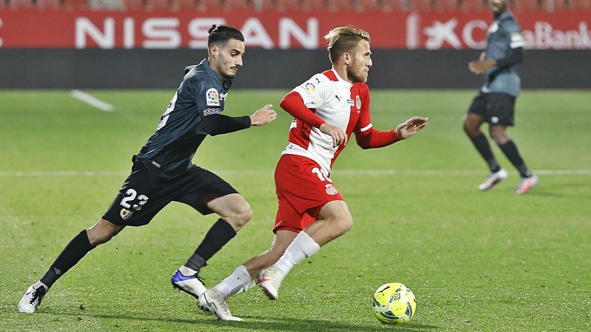 Óscar Valentín persegueix Samu Sáiz durant el partit de Lliga del desembre a Montilivi (0-0). | ANIOL RESCLOSA