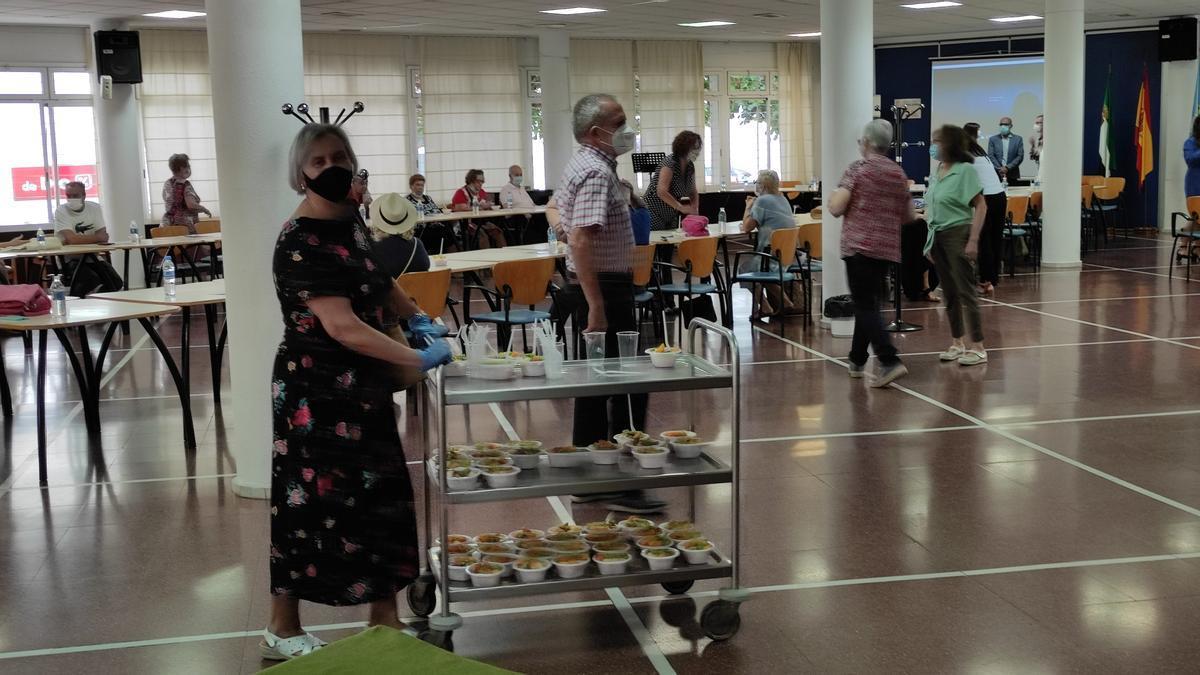 El programa de actividades se abrió con un desayuno saludable en el centro de mayores, el lunes.