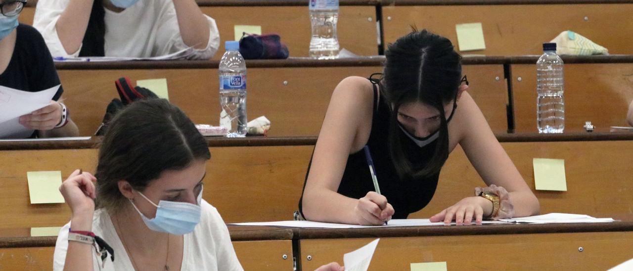 Archivo - Estudiantes se agolpan en la facultad de Medicina a la espera de ser llamados para la realización de las pruebas de Evaluación para el acceso a la Universidad, EVAU tradicionalmente llamada selectividad, foto de archivo