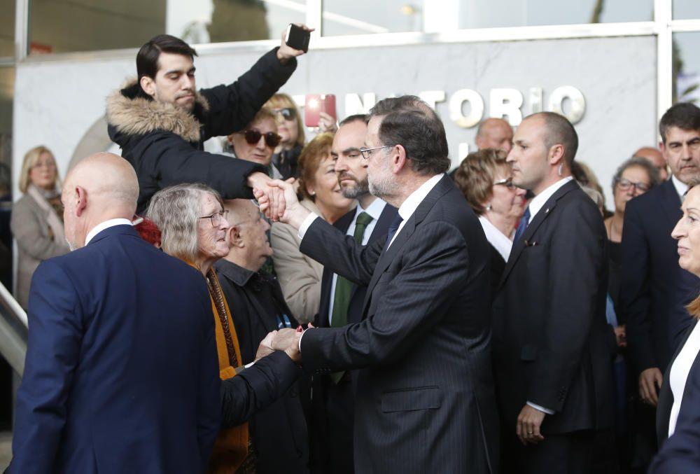 Mariano Rajoy saluda a su salida del tanatorio a algunos de los asistentes