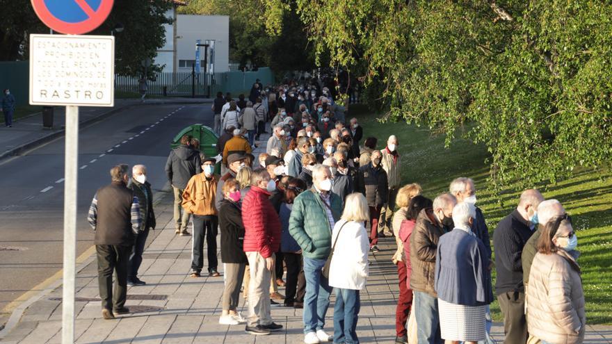 Caos en la cola de vacunación de Gijón: la  Policía, obligada a intervenir y poner orden