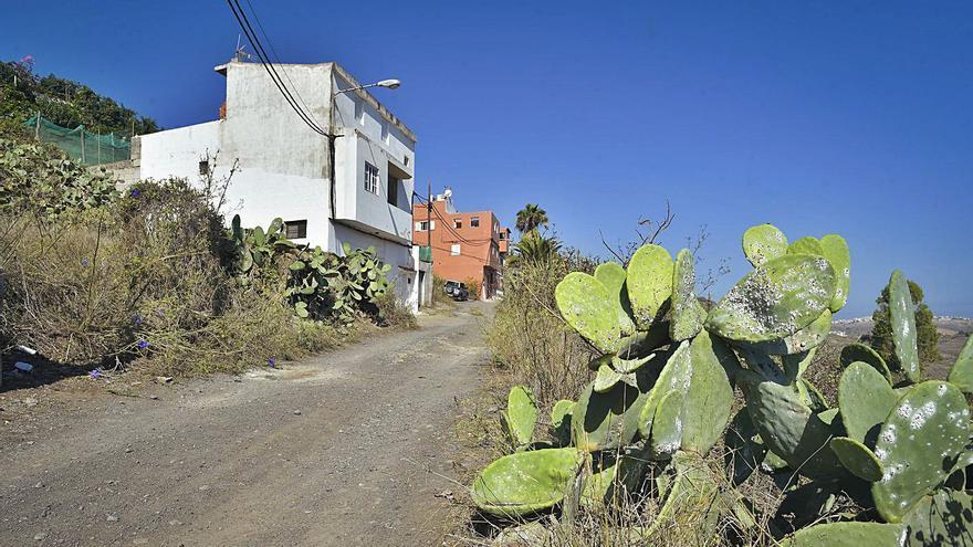 Vecinos de Almatriche Alto reclaman que urbanicen la calle de tierra Cancela Trasera