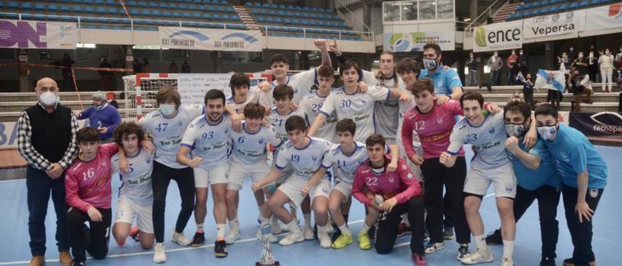 Los juveniles del Cisne Colegio Los Sauces celebrando su clasificación el domingo. |  // RAFA VÁZQUEZ