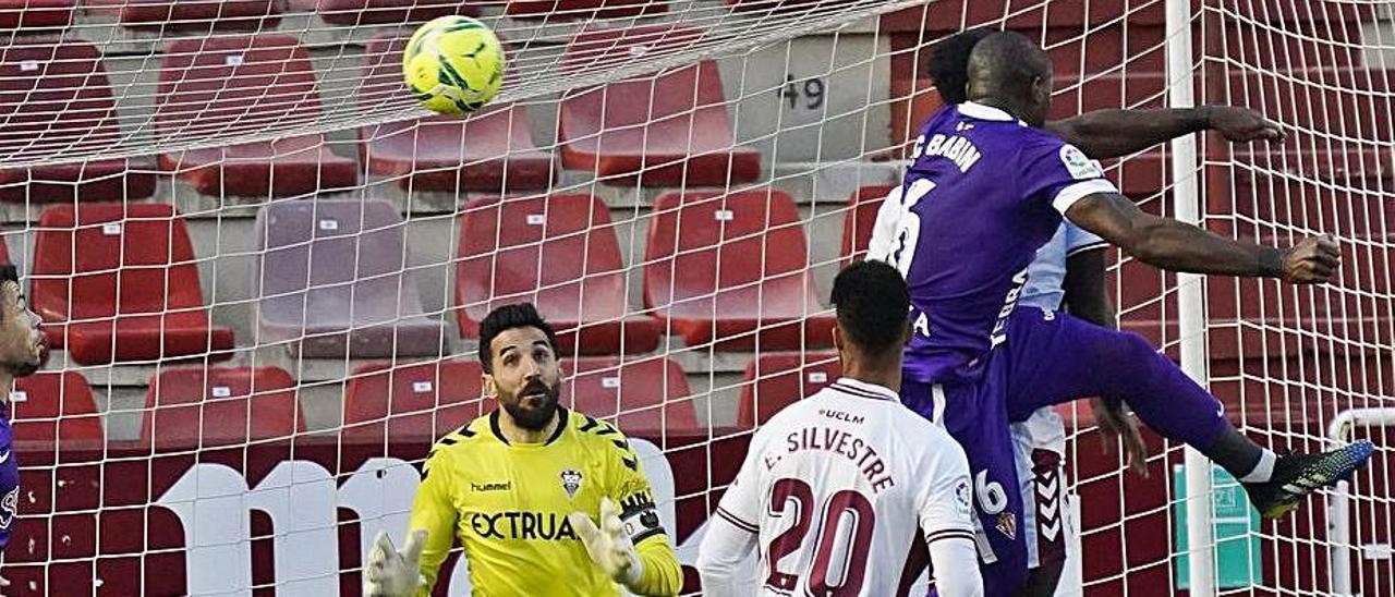 Babin remata a la red una falta frente al Albacete.