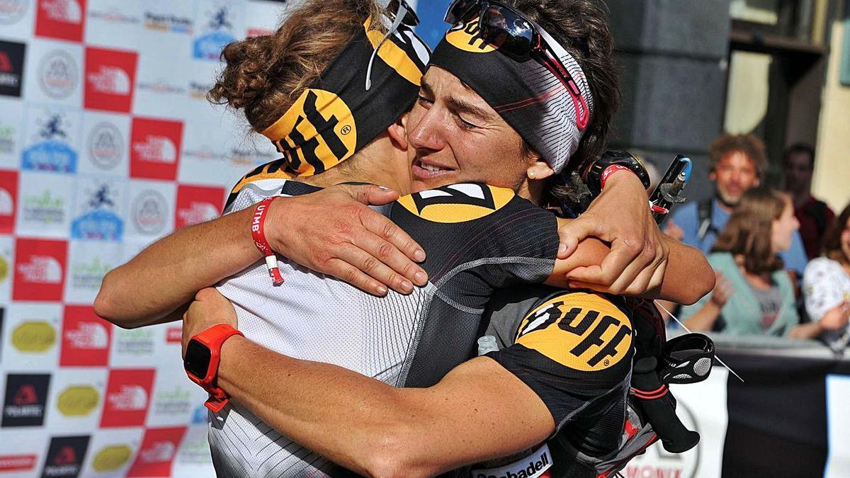Emma Roca, de cara, abraçant Núria Picas en ser tercera i segona al Mont Blanc, el 2012   JORDI GARCIA