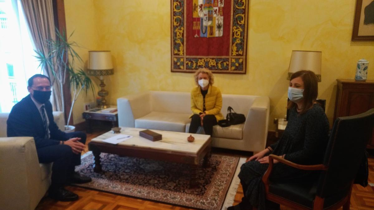 Ángel Blanco, Atilana Martínez y Susana Vicente reunidos.