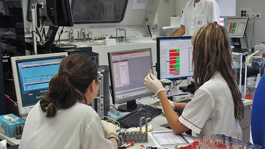 La reversión del Hospital de Torrevieja deja en el aire 29 puestos de trabajo en el laboratorio