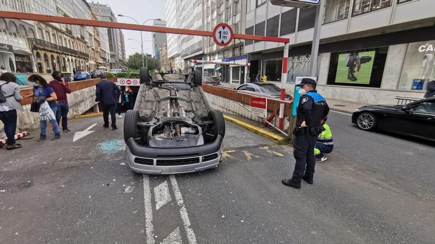 Un coche vuelca en la salida del aparcamiento de Juana de Vega