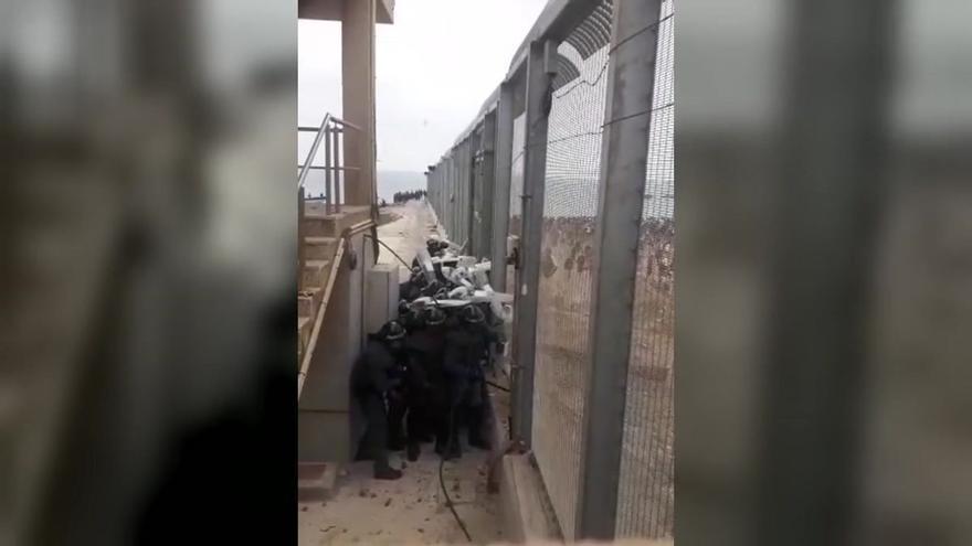 Lluvia de piedras contra las fuerzas de seguridad en la verja de Ceuta