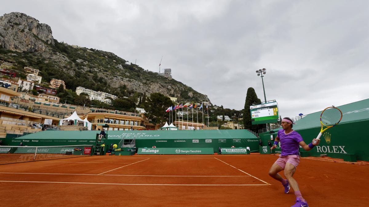 Rafa Nadal golpea la bola en el duelo de este miércoles en Montecarlo.
