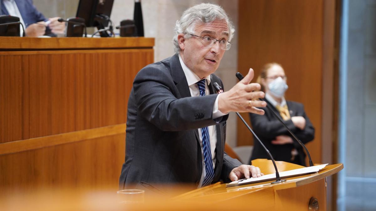 El consejero de Agricultura del Gobierno de Aragón, Joaquín Olona, este viernes en el Pleno de las Cortes aragonesas.