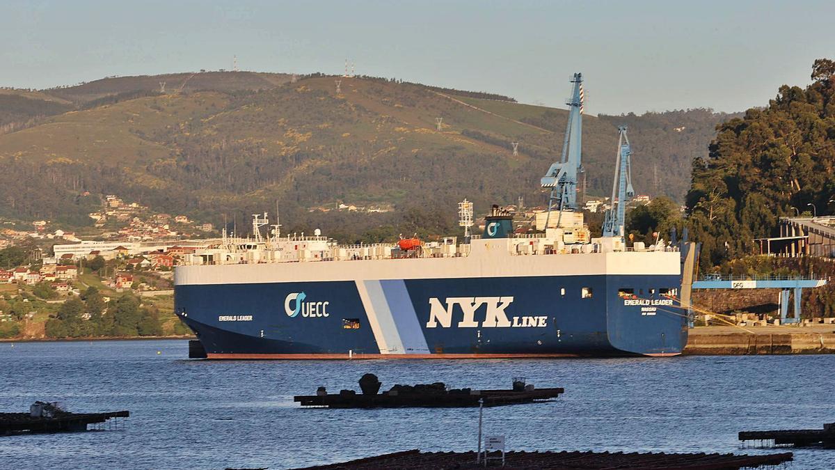 El nuevo buque aislado   y atracado en el  carguero  de granito de Rande.    // A. VILLAR
