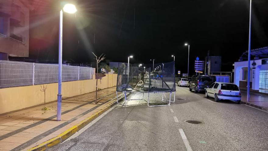 El viento deja una cama elástica en medio de una avenida de Ibiza