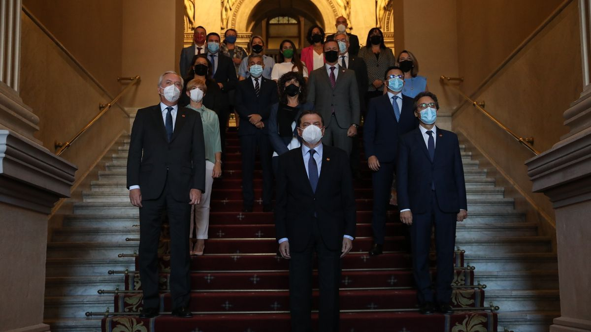 El ministro de Agricultura, Pesca y Alimentación, Luis Planas, posa con los consejeros en la sede del Ministerio