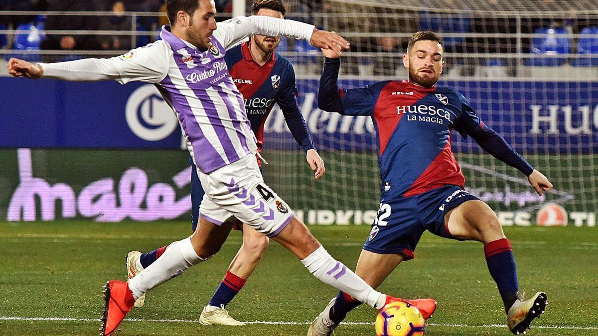 Javi Galán corta  el avance de Olivas en  un partido en Pucela.  | // EFE