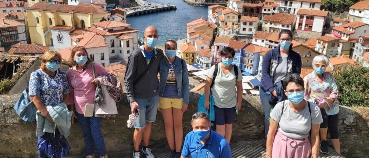 David Estévez con un grupo de turistas, en Cudillero.