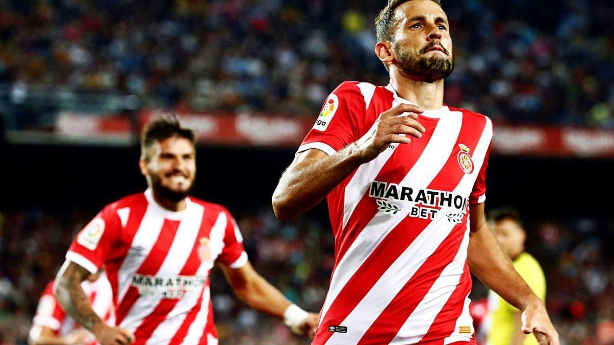 El veterano delantero Stuani, ex del Levante UD, celebra un gol con el Girona en el Camp Nou.