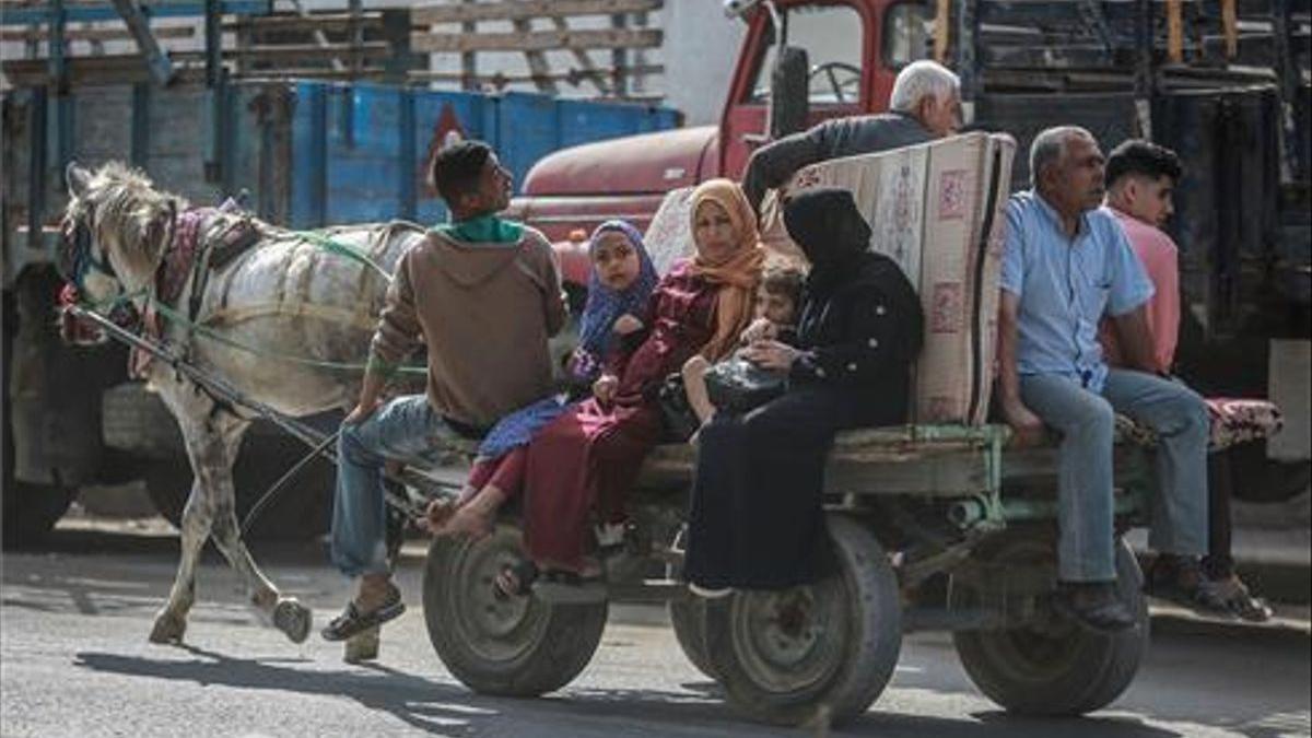 Ciudadanos de Gaza huyen por miedo a los ataques israelís.