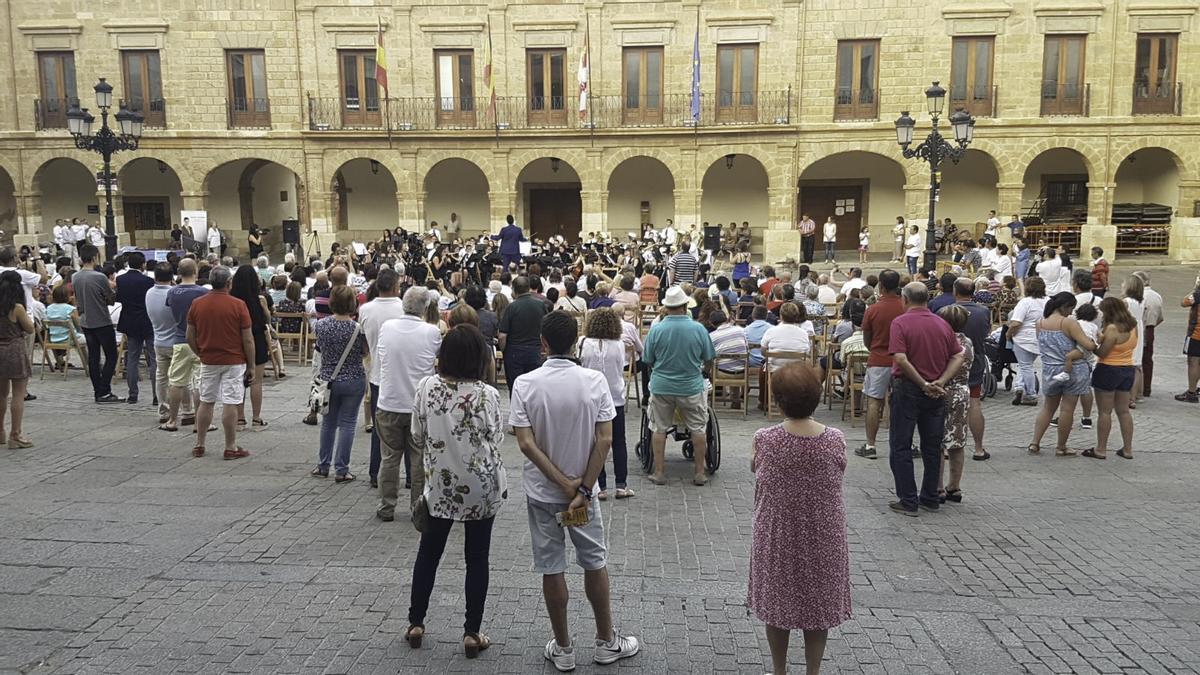 Una actuación de la Banda de Música Maestro Lupi en la plaza Mayor.