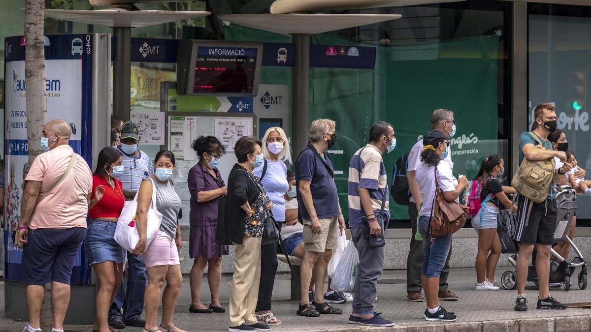 Ciudadanos esperando el autobús en Palma