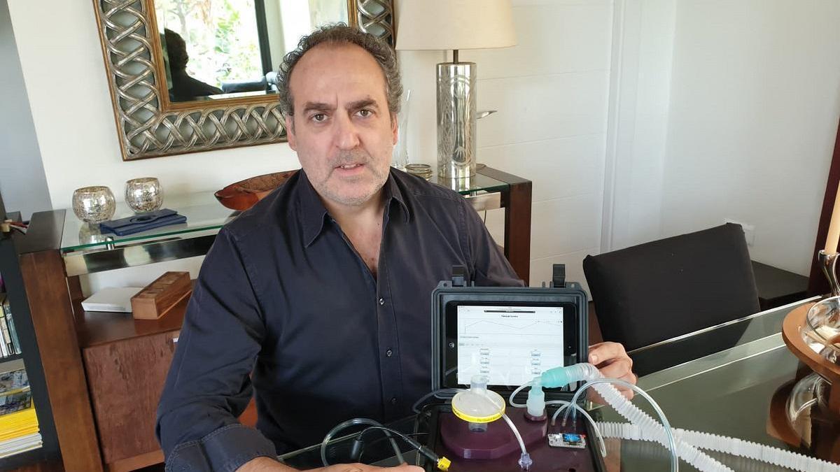 José Luis Córdoba, ingeniero de Telecomunicaciones y experto en robótica aplicada a la medicina, con el respirador 'Covida-19', fabricado en Málaga gracias un equipo internacional de médicos e ingenieros.