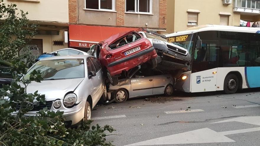 Un conductor de guagua arrolla a varios coches tras sufrir un infarto