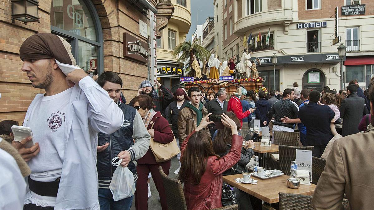 Celebración de la Semana Santa en las calles de Córdoba con una multitud de gente.    A.J. GONZÁLEZ