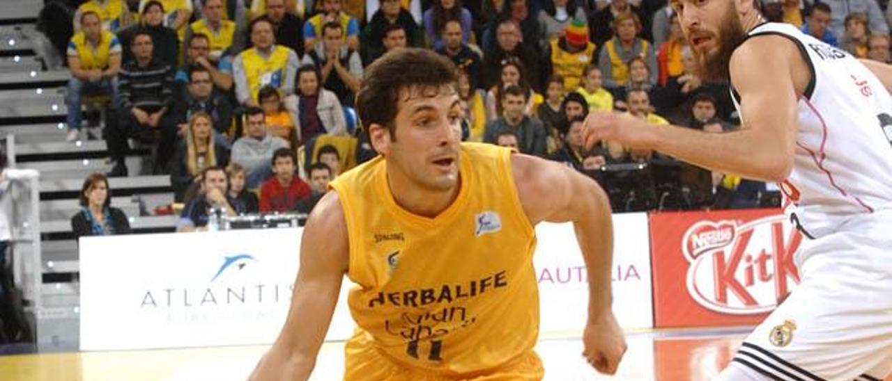 Tomás Bellas se va de la defensa de Sergio Rodríguez.