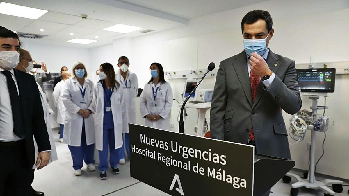 El presidente de la Junta, Juanma Moreno, ayer en las Urgencias del Hospital Regional.