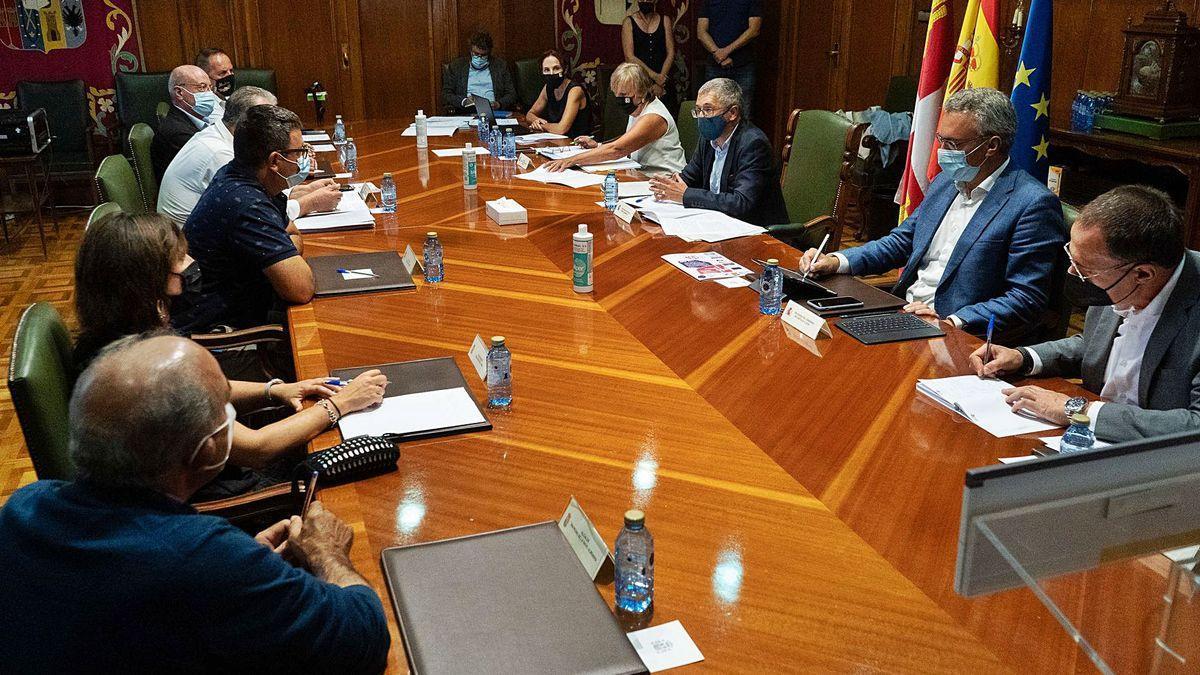 Reunión del secretario de Estado de Medio Abiembre, Hugo Morán, con alcaldes afectados por la bajada del embalse de Ricobayo.   José Luis Fernández