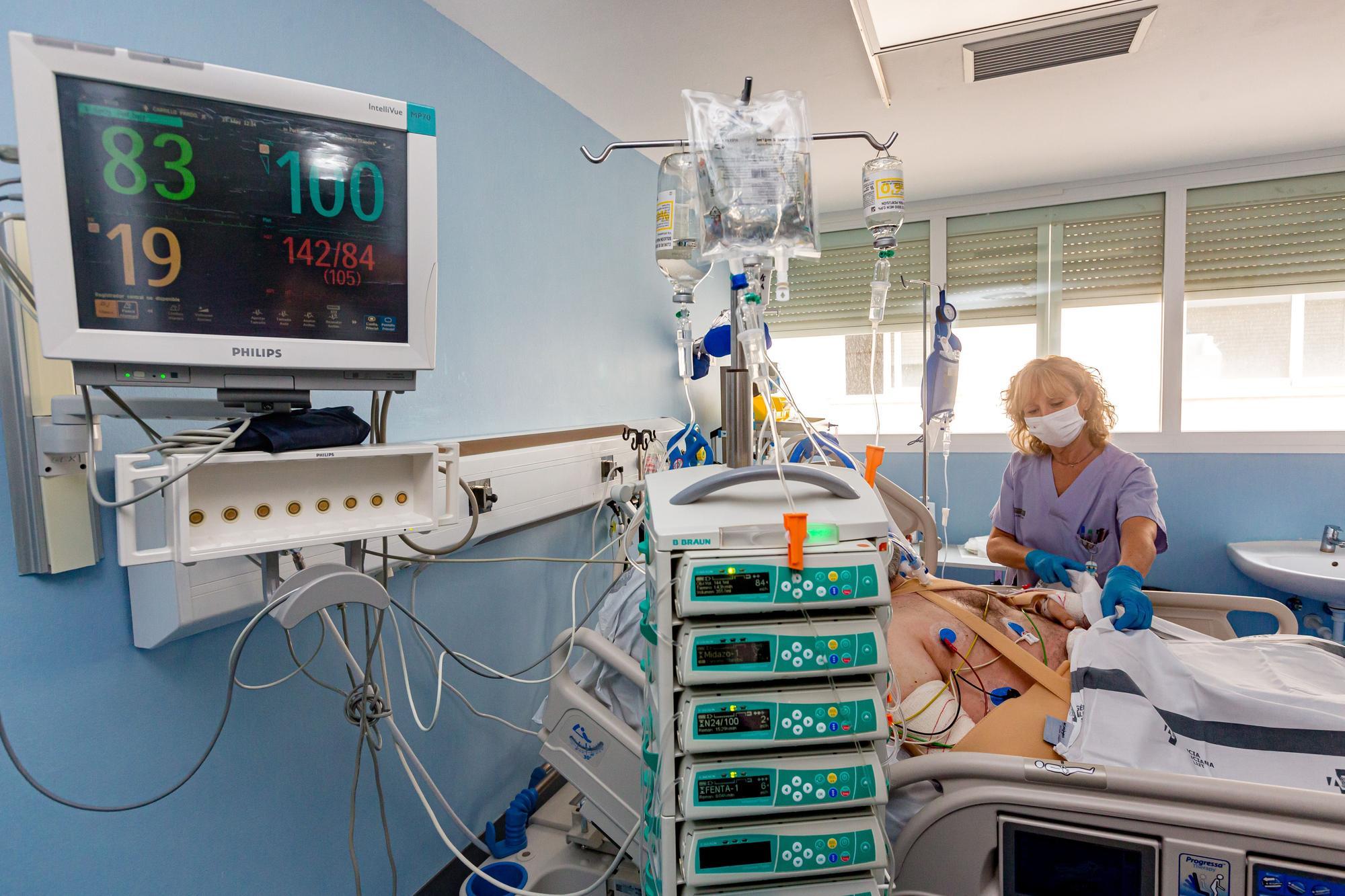 Los hospitales vacían sus unidades de críticos tras llegar a atender a la vez a 258 pacientes