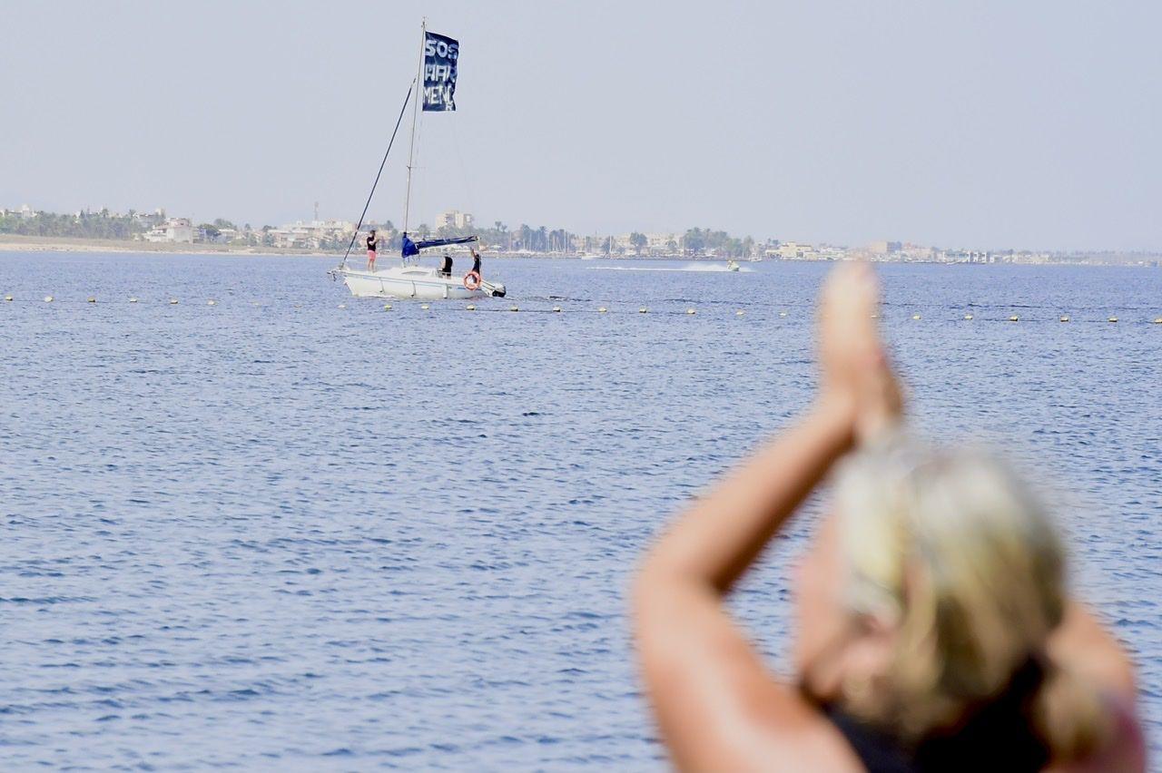 Miles de murcianos forman una cadena humana que rodea al Mar Menor en señal de protesta