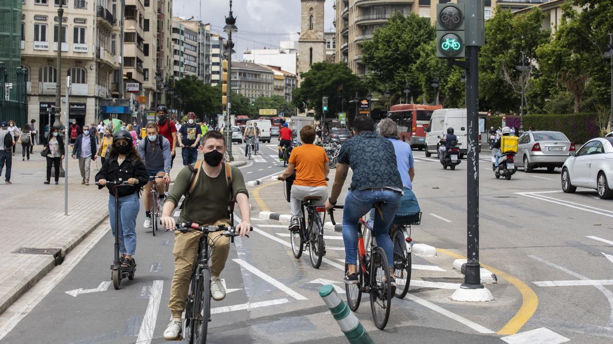 El uso de la bicicleta o el patinete eléctrico ya es habitual en el centro de València.