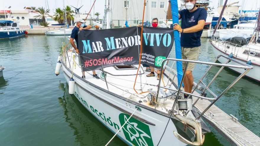 Ecologistas en Acción atraca su barco en Murcia para protestar por el estado de la laguna
