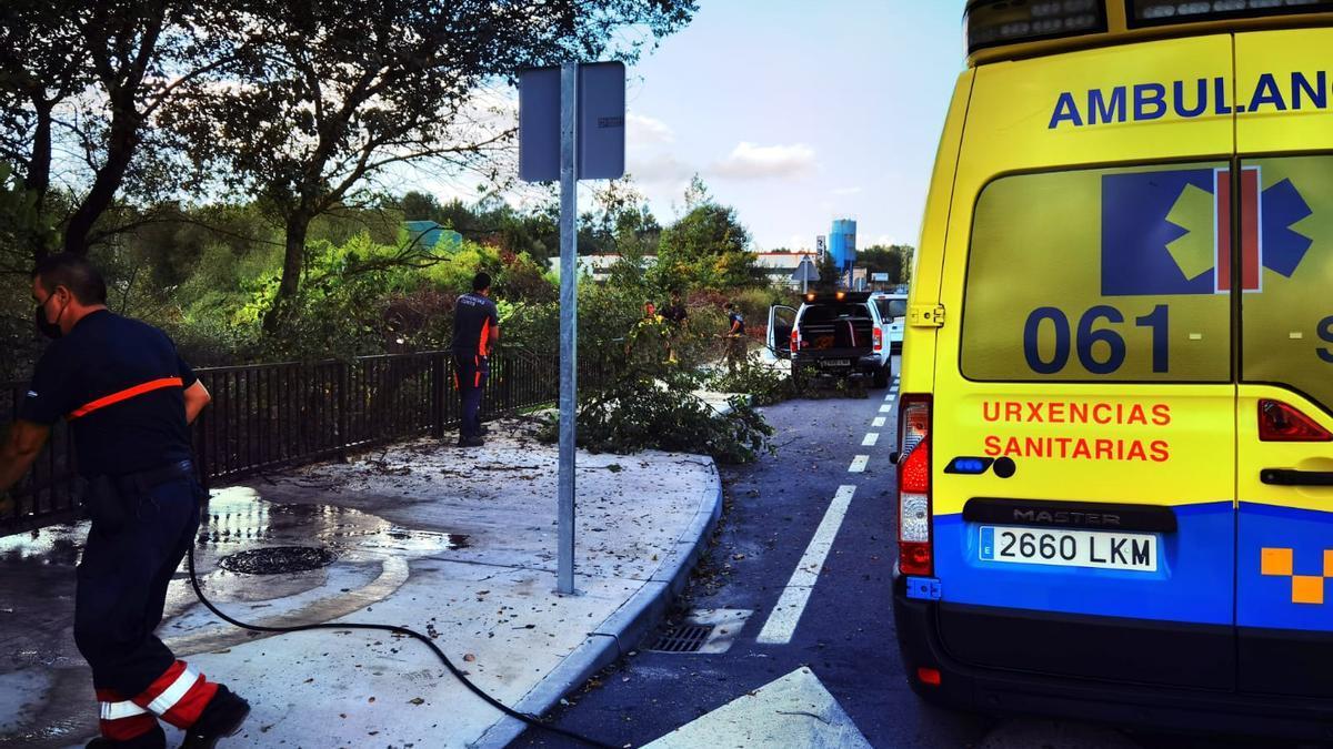 Los compañeros y una ambulancia, en el lugar del accidente