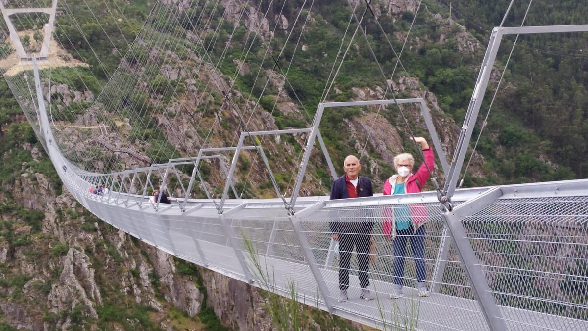 Vecinos de Bueu en el puente de Arouca, en Portugal